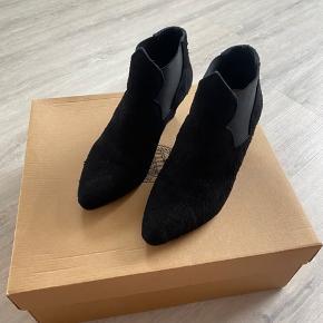 Fine støvler fra Acne sælges - model Alma Texture. De har kun været brugt en gang og har stået i skabet lige siden. Jeg har ik ku' få mig selv til at sælge dem, men nu er det på tide de kommer videre.. Køber betaler evt. porto..