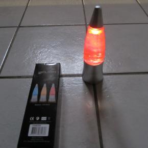 Fin lille hyggelampe, der lyser skiftevis i rød, gul og blå. Når den vendes/rystes, kan man se glitter i lyset. Led-lys, batterier inkluderet. Nye og ubrugt