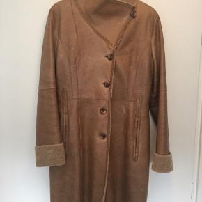 Super lækker og varm frakke fra Club Collection i rulam/læder i str. 38. Frakken er brugt max 5 gange og fremstår som ny. Den er imprægneret. Nypris 4499kr
