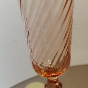 3. Retro Franske champagne fløjter i lyserød farve. Virkelig flotte. Højde ca 16.5 cm. Samlet pris