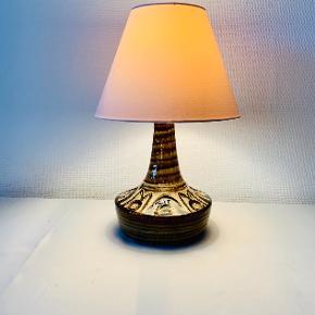 Søholm keramik-bordlampe Nr. 3076-2 Ledningen bærer præg af tidens patina. Mål: Højde: 27,5 cm. Bemærk: Skærm medfølger ikke!