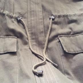 Hej jeg sælger den her jakke, den fejler ikke noget. Men er desværre for stor til mig :)