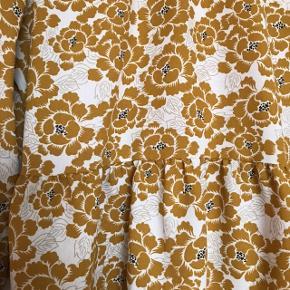 Smuk skjorte / tunika fra Pieces i str. L 💛 Smuk med gule blomster og hvide blade 🌙 Rigtig pæn stand, har dog en lille løbetråd foran - se sidste billede. Brugt ca. 5 gange.   Bemærk - afhentes ved Harald Jensens plads eller sendes med dao. Bytter ikke 🌝   💫 Bluse tunika peplum rullekrave høj hals turtleneck skjorte langærmet gul hvid blomster blomstret karry karrygul
