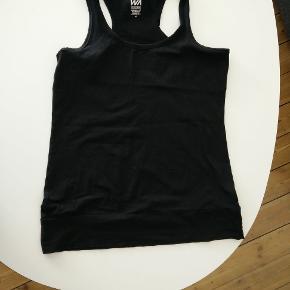 Mærke: Warp  Enkel sort fitnesstop med bryderryg. 95% bomuld/5% elestan. Lille i størrelsen - svarer til 40. Har 4 stk. Alle 4 for 100 kr.  Mål Længde: 71cm Bryst: 46cm Bundkant: 52cm