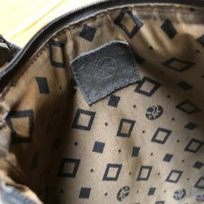 Lys Adax taske i ruskind. En del mindre brugsmærker uden på.Fin indeni . God og brugt, Lykkes med lynlås.