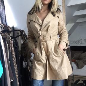 Super lækker formsyet jakke, med bredt bælte som kan justeres ligeså meget man ønsker!