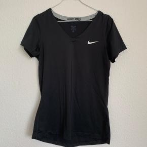 Nike sports t-short med v-hals. Er en str. L, men den er rimelig lille i størrelsen.