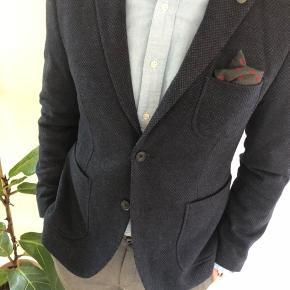 En yderst lækker Jersey blazer. Utrolig komfortable med masser af detaljer. Den har halvforet. Bløde skuldre. Perfekt til et par jeans eller chinos.