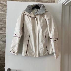 """Columbia vinterjakke. Sportswear Company. Har lommer og hætte, der kan lynes af og på. Har mulighed for at lynes op til """"udluftning"""" under ærmerne, så man undgår at svede– derfor en god jakke til udendørs aktivitet. Flere billeder kan eftersendes, hvis ønskes."""