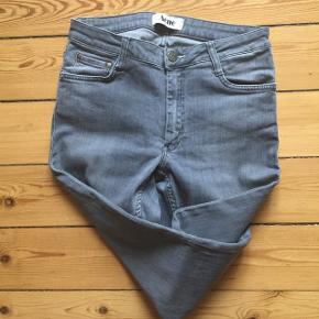 Acne jeans i grå med lidt stretchStr. W27/L32 Er som nye. Kan prøves / afhentes Kbh Sv eller sendes forsikret med DAO.  OBS jeg gir mængderabat 🌸