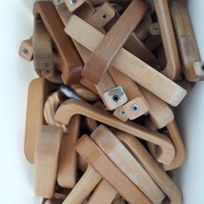 Kasse med diverse retro greb/håndtag i træ. 77 greb i alt.