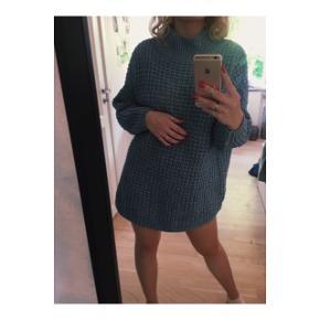 Stor blå strik sweater i størrelse XS fra monki.