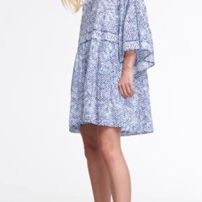 Helt ny kjole fra Lala Berlin 'Kaveh Kufiya Horizon'. Stadig med prismærke - har kostet 2240kr. Er en str xs men jeg vil mene at en str small også kan passe den da den er oversize model. Bytter ikke!