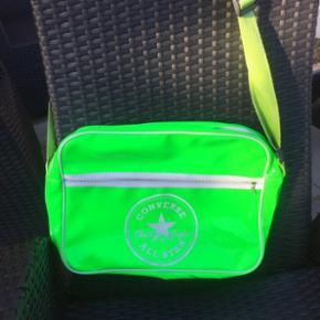 Neon grøn skuldertaske. Længde 37 cm, højde 28 cm