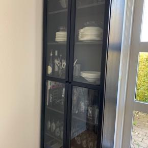 BILLY/OXBERG reol i sortbrun fra IKEA, 2 år gammel sælges, da jeg ønsker en hvid i stedet. Har de 3 ridser på hylderne som vedhæftet, ellers ses det ikke den er brugt udefra.