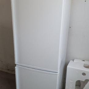 Køle/fryseskab fra Gram.   Optimalt fungerende køle- og frysefunktiner.  Mangler en hylde og en dørhylde og har kun de to bagerste ben. Vil passe perfekt som et garagekøleskab.   Kan afhentes i Aarhus C.