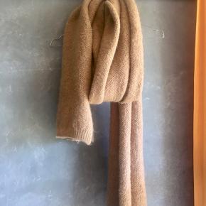 Meget blødt og lækkert kameluldsfarvet tørklæde. Byd gerne 🌞