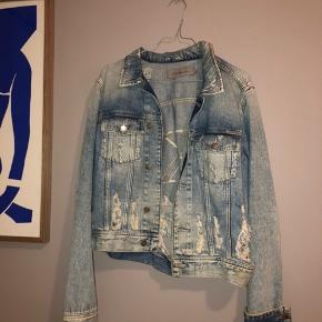 ⭐️ Sælger denne seje denim jakke. Den er egenligt kun brugt én enkelt gang, men har desværre fået nogle pletter. Jeg har ikke forsøgt at rense dem af, så måske de bare skal skrubbes væk :)  Np 1299kr  Afhentes på Vesterbro, lige ved Vesterport st☺️