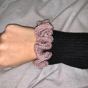 Hæklet scrunchie i mørk rosa 💓  1 for 30  2 for 50  5 for 100