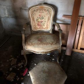 Antik stol med skammel.