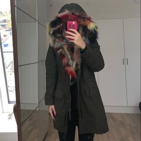 Rigtig flot customized frakke. Parka fra Logg/H&M med speciallavet krave i ægte pels i forskellige farver fra vaskebjørn. Perfekt som overgangsjakke. Bytter ikke, men byd gerne 🍀