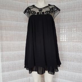 """🤓L Æ S annoncen samt """"handelsbetingelser"""" 👇 inden henvendelse🤓  ⚠️Spørgsmål til varens tilgængelighed ignoreres⚠️  Sort babydoll dress kjole fra Utopia Clothing i str. M/38. Passer også en S/36. Den er lavet i gennemsigtigt mesh-agtigt stof øverst, hvor der er syet en masse flotte sorte glitrende sten på. Den er super flot og dejlig let og luftig at have på. Lavet i 100%polyester men underskørtet er i strækbart materiale. Nyprisen var 449,-  🌸 HANDELSBETINGELSER 🌸  💙 BETALING VIA TS/MOBILEPAY 💙 💚 Ved flere interesserede, går varen til først betalende. 💛 Bytter/refunderer ikke/tager ikke varer retur. 🏠Hentes på Amager, tæt på Bella Center, 📮eller sendes (på købers regning) med Dao/Gls, med mindre andet er aftalt. 📸 jeg sender altid billede af pakken.  VED AFHENTNING: Som udgangspunkt udleverer jeg vejnavn. Resten af adr. får du, når du er her. Beklager evt. besværligheder, men bliver tit brændt af. På forhånd tak for forståelsen!🏡  Slået op flere steder.   * TS gebyr er inkl. og fratrækkes ved en handel udenom TS."""