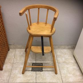 Gammeldags højstol gives bort :-) Hvis man kan fixe den, er den aldeles  brugbar :-)