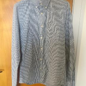 Stribet hvid/grå skjorte i en god bomuldskvalitet, brugt få gange og så god som ny.