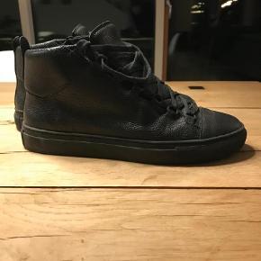 Varetype: Sneakers Farve: Sort Oprindelig købspris: 3600 kr. Prisen angivet er inklusiv forsendelse. Prisen er fast.   Klassikeren.   Nypris: 3600