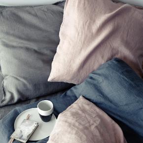 Super lækkert sengetøj fra Broste,  100 % Bomuld/Hør. Holder sig flot også efter flere vask. Dejligt og blødt.
