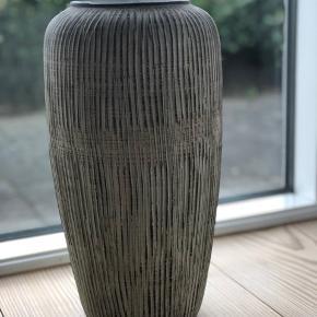 Gulvvase Utrolig smuk og stilren West Germany gulvvase fra 60'erne. Uden skader eller skår.  Højde: 38cm