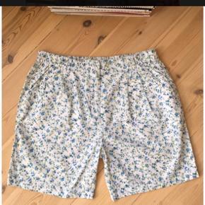 """Sælger disse sommershorts fra Samsøe Samsøe (kollektionsprøve, så disse er de eneste der findes (de er med Samsøe Samsøe mærke i) 😜). Jeg har købt dem herinde men de passer ikke mig - har fået lov at bruge billederne fra tidligere sælger :)  De er med lommer og har elastik i taljen. De er lidt længere end """"normale"""" shorts. Brugt få gange og i perfekt stand.  #trendsalesfund"""