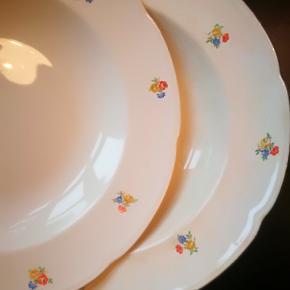 Aluminia Anne Sofie middags og suppe tallerkener. Det er gammelt stel, så det har nogle brugsspor. Består af seks suppetallerkener, seks middagstallerkener og to små til dessert. Sælges for 30 kr stykket eller samlet for 270 kr. Det skal afhentes i København.