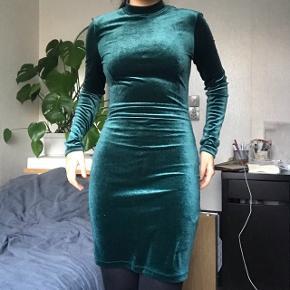 Fin stram grøn kjole.   Søgeord: Mørkegrøn tætsiddende kort mini midi velour åben ryg galla fest