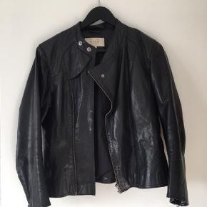 Virkelig fed jakke fra Vila. Modellen er således, at den er lidt kort i ærmerne, hvilket jeg synes ser mega cool ud. Den fejler ingenting!  Byd - og se gerne mine andre annoncer, med både alm. tøj, træningstøj, sko og meget mere 🌟