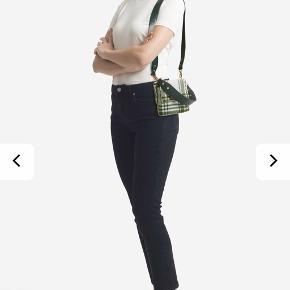 Sælger denne taske, da jeg aldrig har fået den brugt. Der er stadig prismærke i - spørg for flere billeder af min egen.