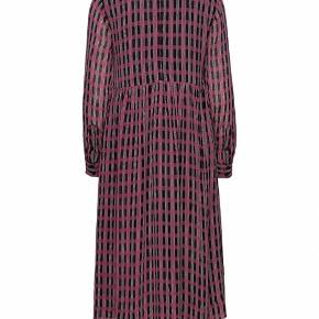 Sælger denne smukke kjole, da jeg må erkende at den desværre er for lille. Det er en str. 40 Mp 565 kr pp