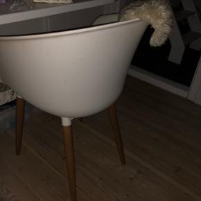 Hvid stol med træben Nypris 800kr   Skal bare vaskes af