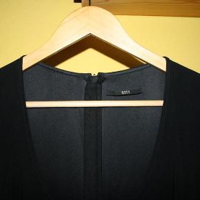 """Varetype: Lækker sort kjole - fejler intet.. Farve: Sort Oprindelig købspris: 3999 kr.  Meget lækker sort kjole str. 36 fra Hugo Boss.  Har været brugt til et par fester, fejler intet, behagelig at have på, stoffet """"falder"""" bare.  Priside 1000 kr, men kom gerne med bud, sender hurtigt ved køb :-)"""