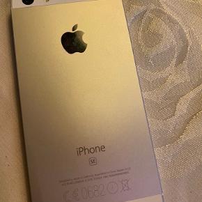 iPhone se i hvid 32 gb. Købt i 2017, men fejler ingenting. Den har stadig panzerglas på og har ingen ridser eller lign