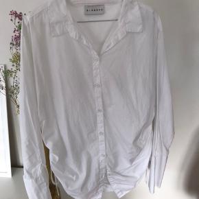 Blanche skjorte  Helt ubrugt.  Np var 1200 Sælges til 600 pp