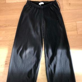 Kan være svært at se på billedet, men bukserne er mørkegrønne. De er i S men kan sagtens passes af m også.