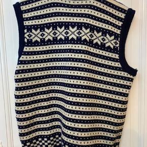 Vintage strikvest i hvid og mørkeblå.