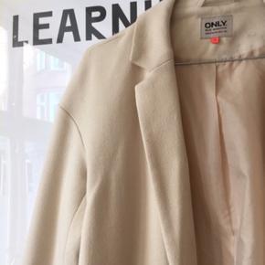 Fin og let sommer frakke. Har været brugt nogle gange, men er stadig i rigtig fin stand. Se også mine andre annoncer