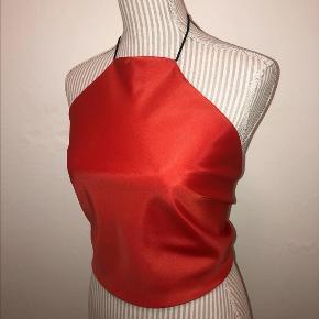 HaltertopsbyEP⭐️Skinnende Silke rød haltertop- hjemmelavet vintage top. Syet i hånden og på maskine, bindes i toppen og bar på ryggen. OBS! Store som små bryster kan passe, da man selv justere toppens nakke og hvor stram den skal være (lavet med elastisk eller snor i nakken). Anbefalet størrelse Xsmall-M, skål A-C.  Alle de toppe som jeg laver, er genbrugs materiale og er derfor grønt og godt for miljøet ✅ (købt i genbrugs butikker). 2 stk - med sort snor i nakken  Alle toppe får med strygejernet inden sendt afsted. Snorene er syet og limet fast, for at give større holdbarhed. Vask toppene på 30 grader eller i hånden for længere holdbarhed. Mp 199kr