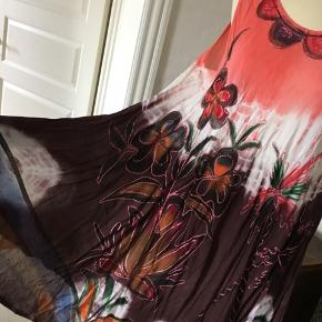 Sommerkjole i dejlige farver, let og luftig med fine broderier.  100 % Rayon