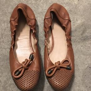 Flotte ballerina-sko i læder, m. knudedetalje og små nitter på snuden. Brugt nogle gange - dette kan kun ses under sålen, fremstår ellers helt som nye
