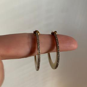 Smukkeste øreringe med sten fra Izabell Camille, som desværre stadig ligger i æsken uden at være blevet brugt.