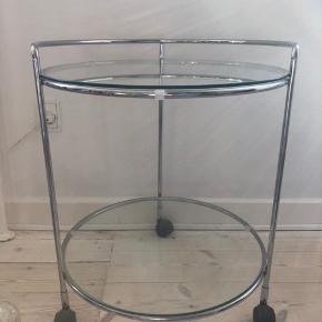 Vintage barbord i glas og stål. Overvejer kun at sælge hvis den rigtige pris opnås. Det er købt i en vintagebutik i Kbh hvorfra jeg blev oplyst, at det er et gammelt tysk design. Fejler intet, ingen ridser i glasset eller noget.