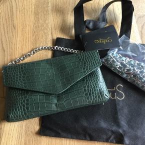 Flot grøn taske nypris 599kr måler 21 cm lang 11 cm høj